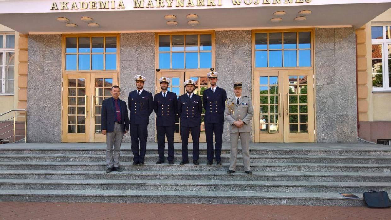 94dcdbd5bbe54 JPEG - 153.4 kb; Delegacja przed siedzibą Akademii Marynarki Wojennej.